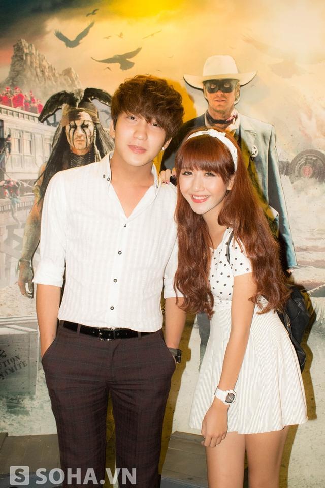 Tối qua, Quỳnh Anh lại sánh bước cùng Bê Trần tới tham gia họp báo phim tại Hà Nội. Cô gái trẻ trang điểm rất kỹ khiến nhiều người nghĩ cô vừa làm mẫu cho một bộ ảnh thời trang.