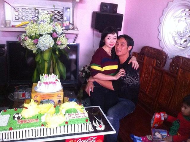 Vợ chồng Quốc Vượng tình tứ chụp hình bên bánh sinh nhật của con trai. Dù không thể theo nghiệp bóng đá nhưng Quốc Vượng vẫn luôn được đông đảo cổ động viên Việt quan tâm.