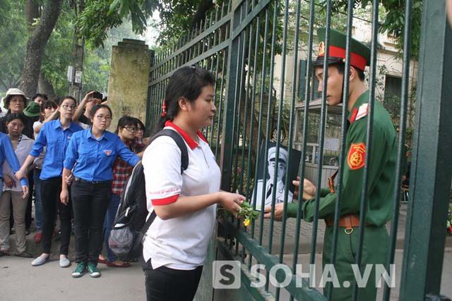 Bạn sinh viên Đại học Điện lực mang theo tâm nguyện của cả gia đình ở Hải Hậu, Nam Định là được gửi lại bức di ảnh của Người cho gia đình Đại tướng.