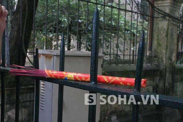 Những bó hương nằm lặng lẽ ở cổng nhà Đại tướng như chính lòng người dân Việt Nam cũng đang lặng lẽ... buồn!