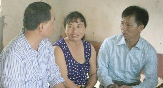 Vợ chồng Nguyễn Thị Chiến - Nguyễn Thanh Chấn (ngồi bên phải) trong ngày đoàn viên cùng người thân.