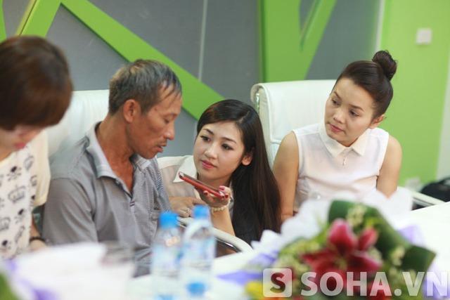 Đoàn Thuý Trang bật khóc trong buổi giao lưu cùng cha con Nguyễn Hữu Tiến.