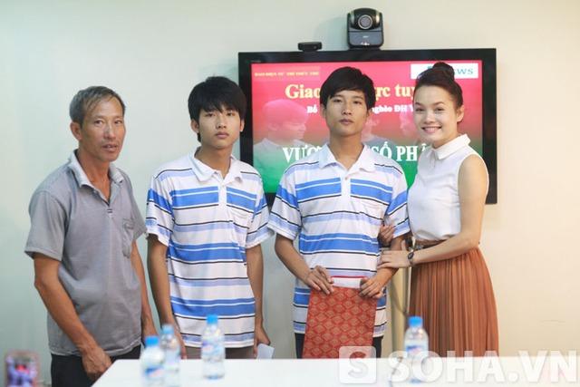 Không chỉ tới gặp mặt, tặng quà cho cha con Tiến, Trang còn hứa sẽ giúp đỡ Nguyễn Xuân Tiến trong quá trình đi hát của cô.