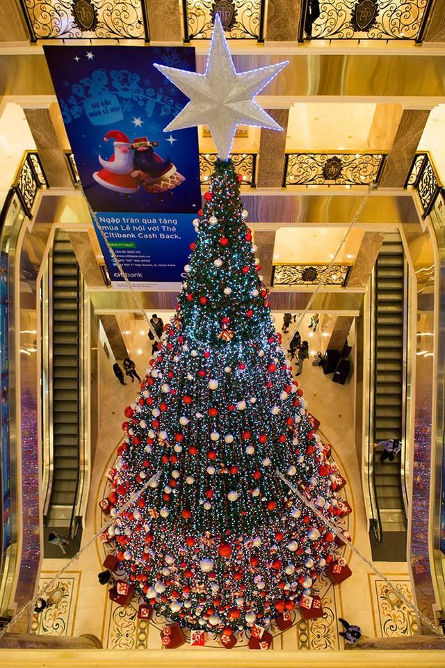 Ngoài ra ở Hà Nội còn có một cây thông Noel cao kỷ lục trong nhà tại Tràng Tiền Plaza. Và đây cũng được xem là địa điểm yêu thích, lý tượng chụp ảnh của giới trẻ