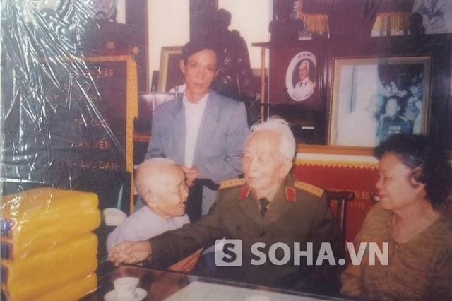 Bức ảnh  cụ Huệ chụp cùng Đại tướng Võ Nguyên Giáp tại nhà riêng Đại tướng