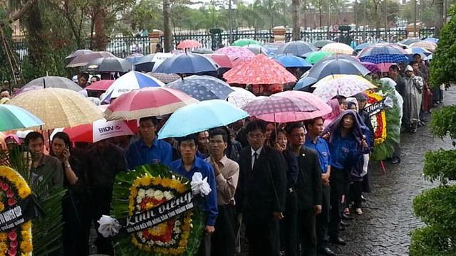 Dòng người chờ đến lượt viếng Đại tướng tại trụ sở UBND Quảng Bình. Ảnh: Tuổi trẻ