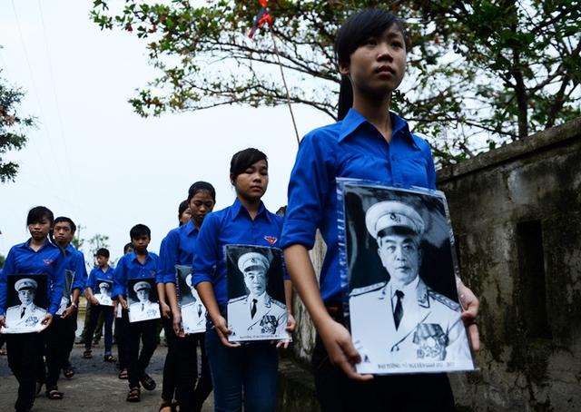 Đoàn viên thanh niên viếng Đại Tướng Võ Nguyên Giáp - Ảnh: Tuổi trẻ