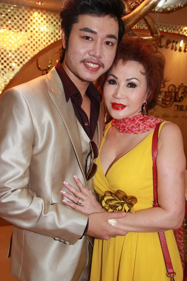 Vũ Hoàng Việt giới thiệu người tình lớn tuổi vào một ngày đầu tháng 10.