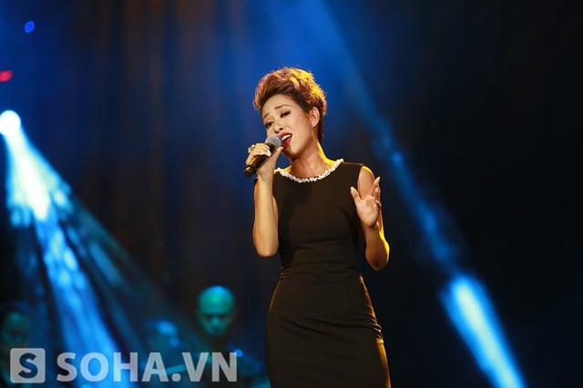 Với giọng hát đầy nội lực, Thảo Trang đến với người nghe qua ca khúc Tình xa thật xa.