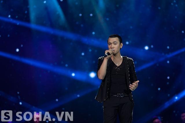 Một Việt Anh hoàn toàn khác lạ với mái tóc cắt ngắn. Chàng trai trẻ thể hiện ca khúc Tìm trong đêm nhạc tối qua.