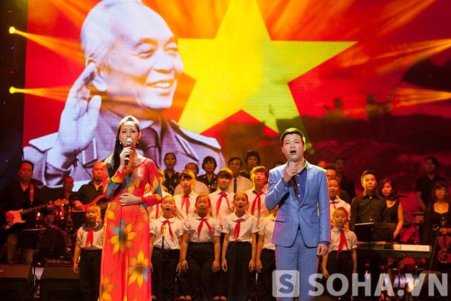 Ca khúc tưởng nhớ được trình diễn bởi ca sĩ Thắng Lợi - Quỳnh Vân và các em thiếu nhi nhà văn hóa quận Ba Đình.