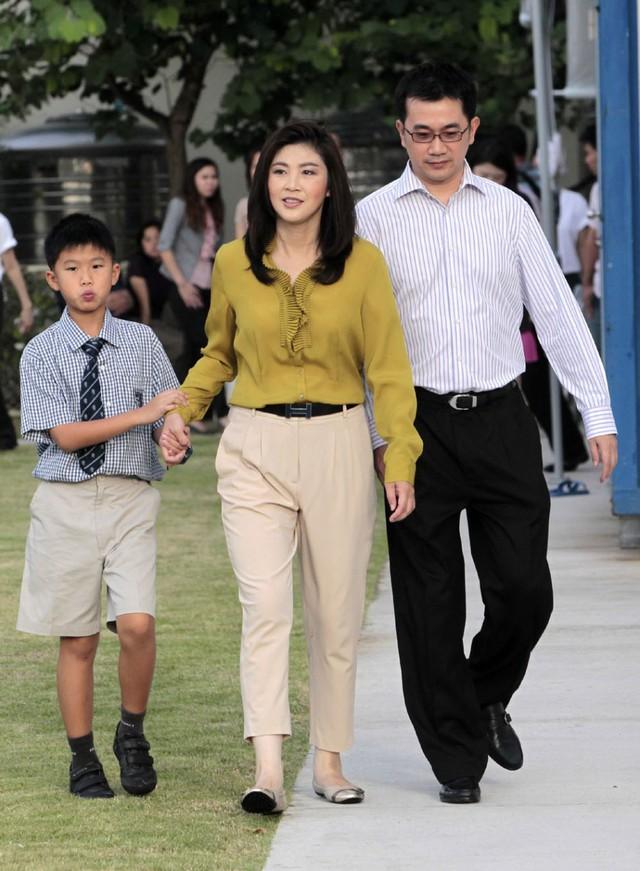 Nữ thủ tướng Thái Lan bên chồng và con trai.