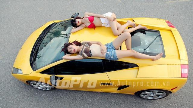 Đôi siêu mẫu ngực khủng gợi cảm bên Lamborghini  2