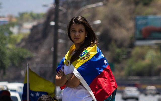 Một nữ sinh viên tham gia biểu tình chống chính phủ của Tổng thống Nicolas Maduro ở Caracas, Venezuela.