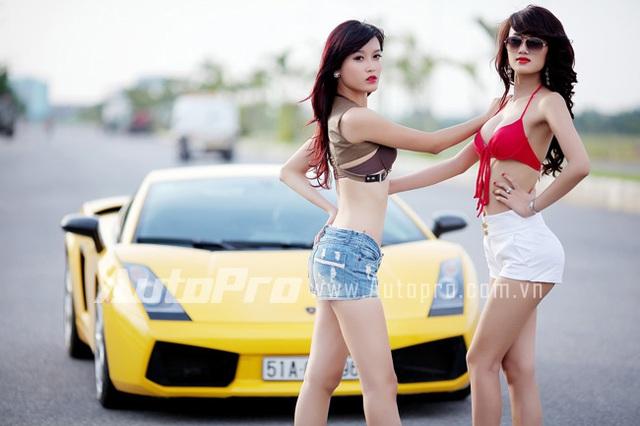 Đôi siêu mẫu ngực khủng gợi cảm bên Lamborghini  11