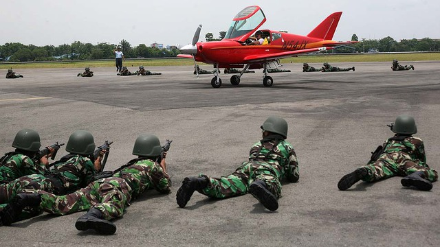 Các binh sĩ Indonesia bao vây một chiếc máy bay bị buộc hạ cánh xuống căn cứ không quân Soewondo ở Medan, Bắc Sumatra. Chiếc máy bay đã xâm nhập trái phép không phận Indonesia trước khi bị các máy bay chiến đấu của nước này ép hạ cánh.