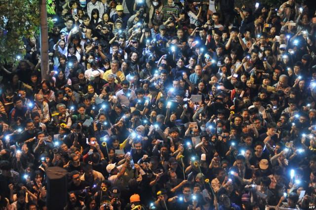 Những người biểu tình bật đèn điện thoại di động để gây chú bên ngoài quốc hội ở Đài Bắc, Đài Loan.