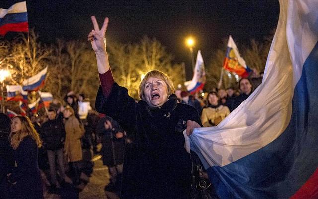 Những người ủng hộ Nga ăn mừng trên quảng trường trung tâm ở Sevastopol, Ukraine, sau khi phần lớn người dân Crimea bỏ phiếu tán thành sáp nhập vào Nga.