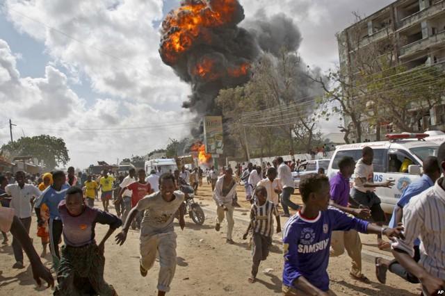 Người dân bỏ chạy khi một vụ nổ xảy ra tại khu chợ ở thủ đô Mogadishu, Somali.