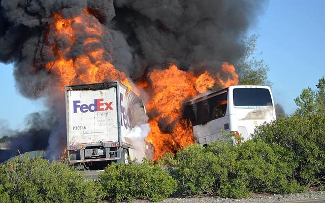Xe chuyển phát nhanh FedEx và xe chở học sinh bốc cháy dữ dội sau khi đâu nhau, khiến 9 người thiệt mạng ở California, Mỹ.