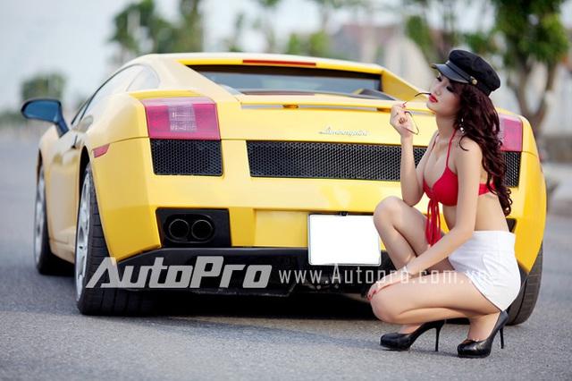 Đôi siêu mẫu ngực khủng gợi cảm bên Lamborghini  5