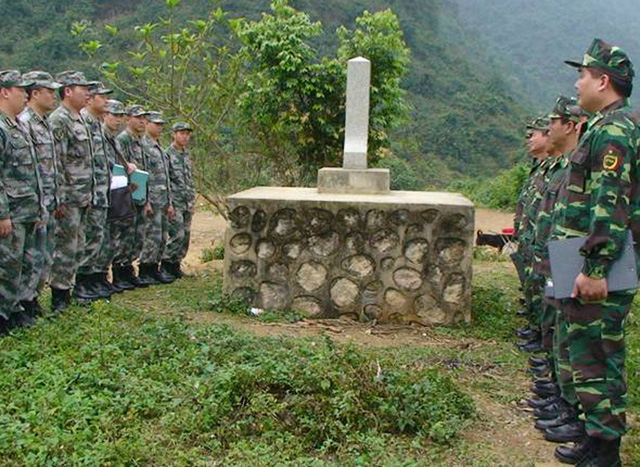 Giao ban cùng lính biên phòng Trung Quốc