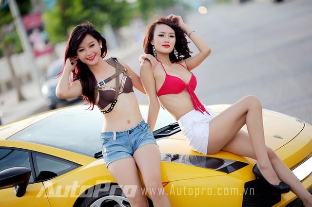 Đôi siêu mẫu ngực khủng gợi cảm bên Lamborghini  6