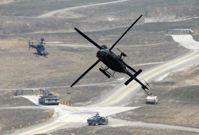 Máy bay trực thăng OH-58D Kiowa Warrior của quân đội Mỹ tham gia cuộc tập trận bắn đạn thật tại thao trường ở Pocheon, Hàn Quốc.