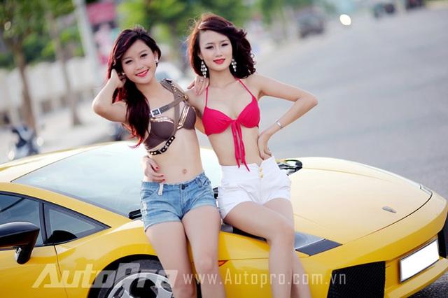 Đôi siêu mẫu ngực khủng gợi cảm bên Lamborghini  7