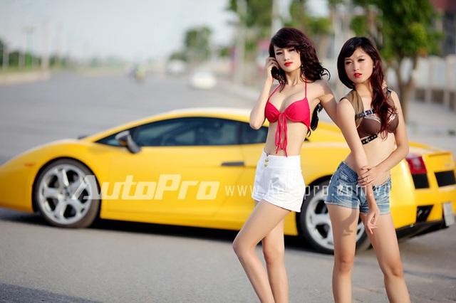 Đôi siêu mẫu ngực khủng gợi cảm bên Lamborghini  8