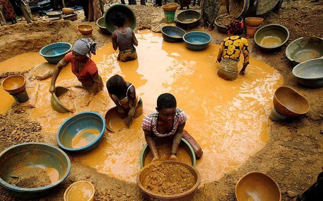 Mọi người đãi vàng tại một mỏ mới được phát hiện gần thị trấn Bouafle, Bờ Biển Ngà.