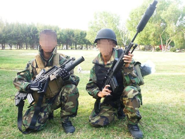 Hải quân đánh bộ với mũ chống đạn và áo giáp chống đạn (áo giáp chống đạn trong hình là áo màu đen của người lính bên tay phải, áo màu vàng mà người lính bên tay trái mang là áo mang trang bị).