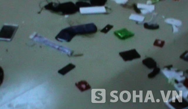 Tivi, đồ dùng cũng bị vứt xuống nền nhà