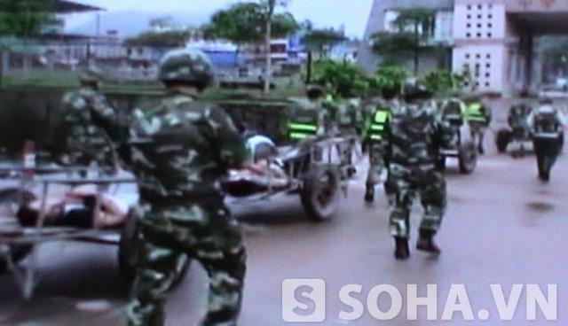 Lực lượng biên phòng Trung Quốc đưa thi thể những người tử vong do tự sát về nước