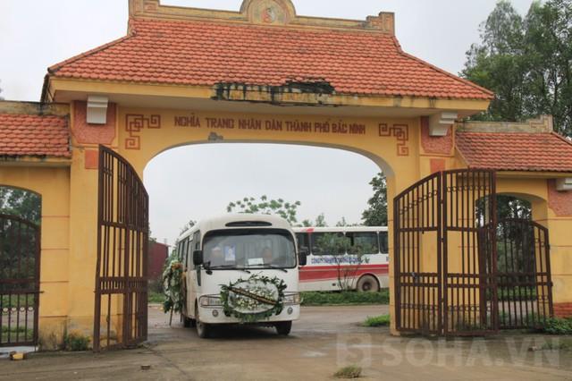 Xe tang đưa thi thể Lộc vào nghĩa trang nhân dân TP Bắc Ninh