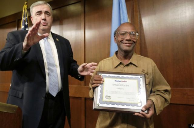 Ông Glen James nhận bằng khen của sở cảnh sát thành phố.