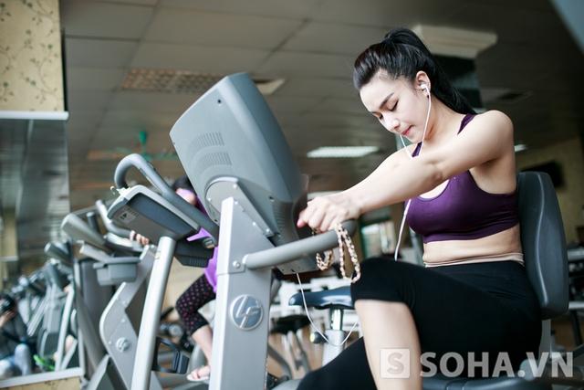 Mỗi ngày, Hồng Nhung thường dành khoảng 40 phút cho việc tập luyện. Những ngày mệt mỏi, cô giảm cường độ xuống còn khoảng 20 - 30 phút.