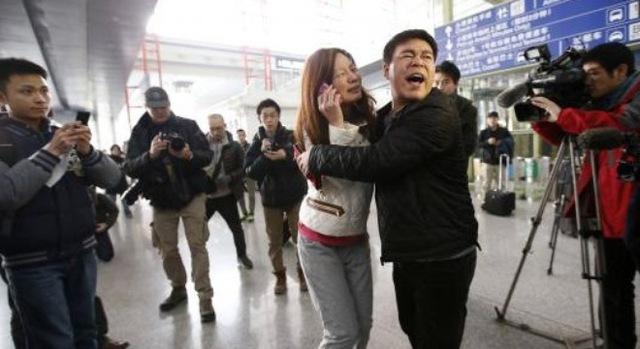 Một người phụ nữ Trung Quốc có người thân trên chuyến bay tại sân bay Quốc tế Bắc Kinh