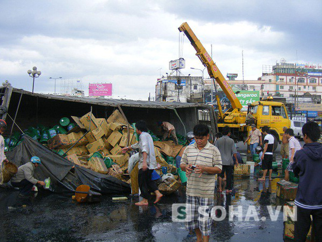 Đồng Nai: Xe tải chở dầu lật, nhiều người lao vào hôi của