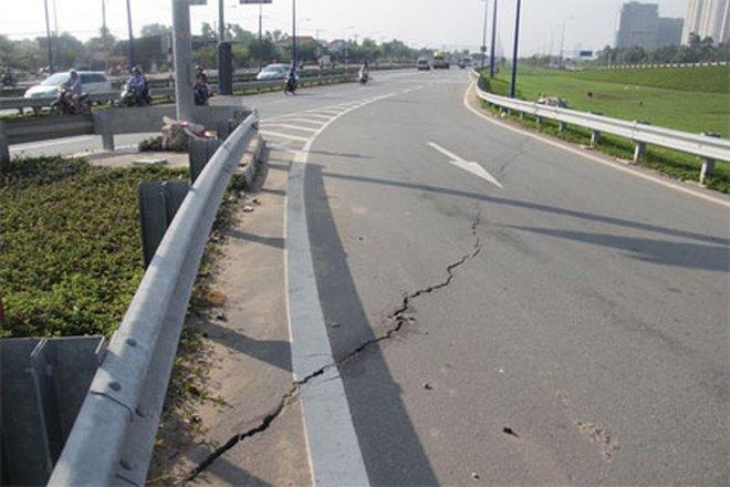 """TPHCM: Vết nứt lớn """"xé"""" ngang mặt đường dẫn cầu vượt trên đại lộ Đông Tây"""