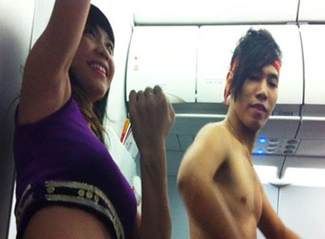 Tiếp viên Vietjet Air để ngực trần nhảy múa trên máy bay
