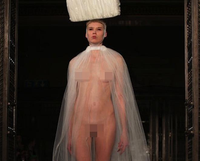 """'Choáng váng' show thời trang """"không nội y"""""""