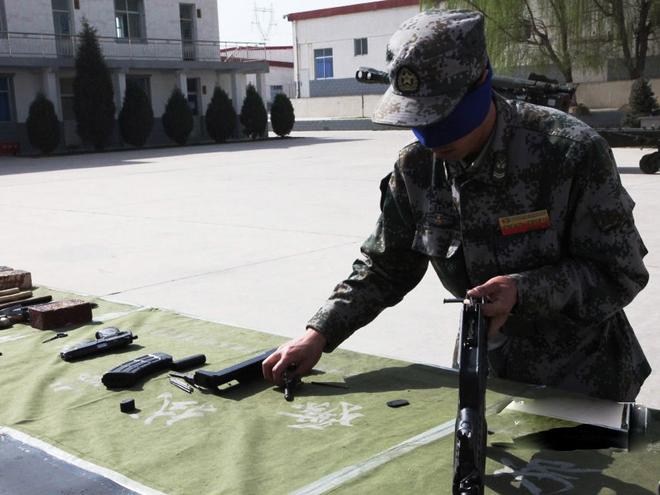 Lính Trung Quốc khoe tài 'bịt mắt lắp súng'