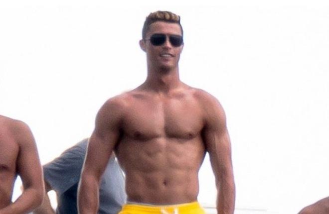 """Ronaldo khoe thể hình khủng """"dìm hàng"""" chiến hữu"""
