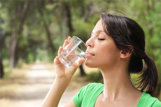 5 hiểu lầm về việc uống nước có thể gây hại cho sức khỏe