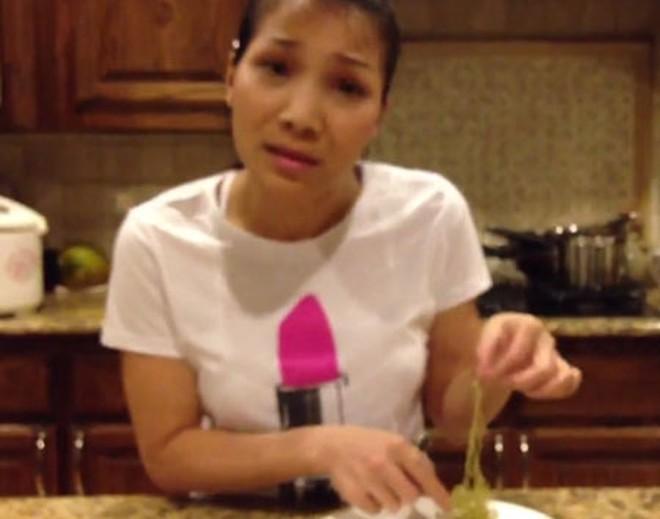 Ca sĩ Hồng Ngọc hốt hoảng vì ăn phải mỳ cao su