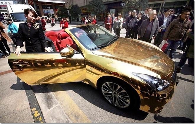 Đại gia lắm tiền nhiều của khoe siêu xe dát vàng