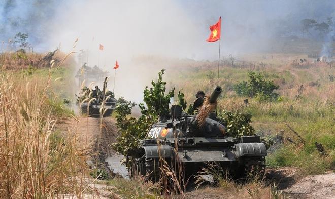 Chiến sĩ Việt Nam 'cưỡi' tăng, luyện súng