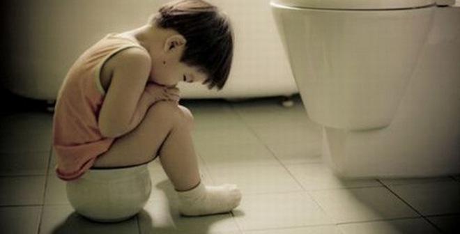 Trẻ bị táo bón: đừng tự cho con uống thuốc nhuận tràng