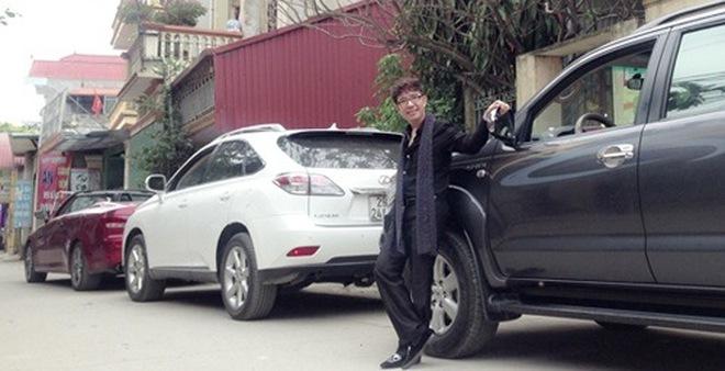 Long Nhật nổi hứng mang 3 ô tô xếp hàng khoe trên phố